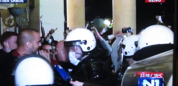 Sukob policije i demostranata u holu Skupštine Srbije
